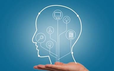 在与客户沟通时,应该如何运用语言引导他们对产品感兴趣?